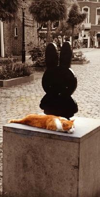 Standbeeld van Nijntje, gemaakt door Marc Bruna, op het Nijntje Pleintje in Utrecht. Foto: Evert-Jan Pol.